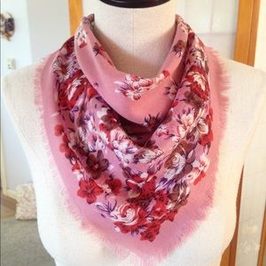 Accessories - 💞HPx3!💞Beautiful & Soft Floral Scarf